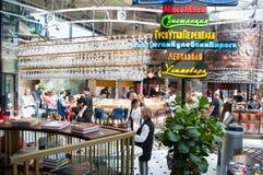 Гастрономический центр в парке Zaryadye приглашает людей иметь еду, Россию стоковое фото