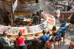 Гастрономический центр Zaryadye вполне клиентов, людей наслаждается их едой стоковая фотография