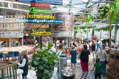 Гастрономический центр Zaryadye вполне клиентов, людей наслаждается их едой стоковое изображение