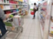 Гастроном покупок нерезкости в супермаркете Стоковое Фото