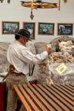 Гаучо, аргентинский ковбой, держит шерсти овец Стоковые Изображения