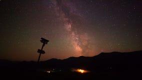 Галактика млечного пути над горами Промежуток времени акции видеоматериалы