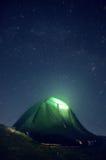 Галактика млечного пути Фиолетовые звезды ночного неба над горами Стоковая Фотография