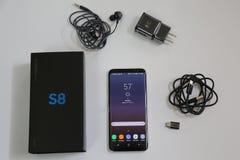 Галактика S8 телефона Samsung самая новая при аксессуары теперь будучи поставлянным к T-передвижным клиентам пре-заказа Стоковое фото RF