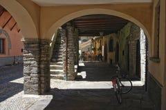 Галерея на улице маленького города Domodossola, Италии Стоковое Изображение