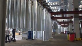 Гальванизируя детали фабрики близкие поднимающие вверх сток-видео