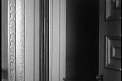 Гвоздика стрельбы человека от винтовки через вход видеоматериал