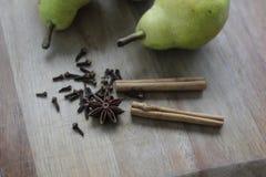 Гвоздичные деревья, анисовка звезды и ручки циннамона Стоковое фото RF