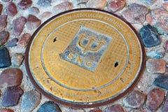 ГДАНЬСК, ПОЛЬША - 7-ОЕ ИЮНЯ 2014: Желтый люк -лаз сточной трубы на булыжнике в исторической части Гданьска стоковые изображения rf