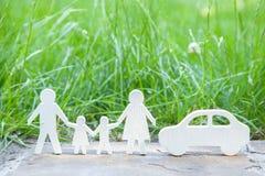 Где пойти на праздник на природе семьи автомобилем? Папа, мама, сын и дочь около автомобиля на предпосылке травы Стоковые Фото