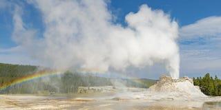 Гейзер замка с извержением, Йеллоустон стоковое изображение