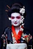 Гейша в кимоно на черноте Стоковые Изображения RF