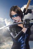 Гейша, девушка с шпагой katana. одетый в черном латексе, шуточный st стоковая фотография rf