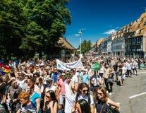 Гей-парад в замедленном движении танцуя люди LGBT Стоковое Изображение