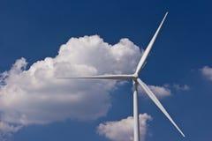 Генератор ветротурбины с голубым небом Стоковые Фото