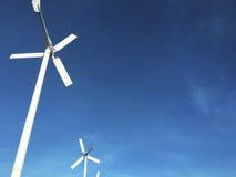 Генератор энергии ветротурбины с голубым небом Стоковая Фотография