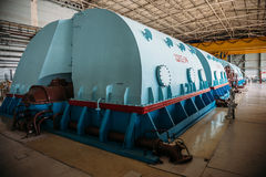 Генератор Turbo при водопод охлаждая на комнате машинного оборудования атомной электростанции стоковая фотография