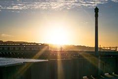Гениальное золотое зарево назад освещает горизонт Сан-Франциско и отражено в воде залива стоковая фотография