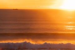 Гениальный золотой восход солнца над океаном стоковые изображения