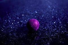 Гениальная игрушка рождественской елки на черном стекле Стоковое Фото
