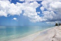 Гениальные голубое небо и облака кумулюса над пустым пляжем Стоковая Фотография RF