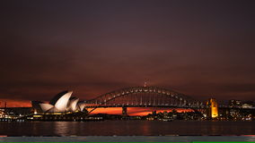 Гениальный красный заход солнца оперного театра Сиднея