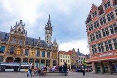 Гент, Бельгия 12-ое июня 2016: Старое здание почтового отделения и средневековые здания в Генте Стоковые Фотографии RF