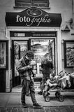 Генуя, Италия - 21-ое апреля 2016: Фотограф смотря его фото Стоковые Изображения