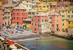 Генуя, Италия - купальщики на малом береге Boccadasse преследуют Стоковое Фото