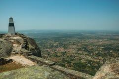 Геодезический штендер на скалистой вершине холма на замке Monsanto стоковые фотографии rf