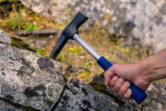 Геологохимический молоток в руке стоковое изображение