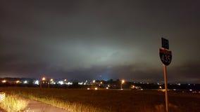 Геомагнитный шторм над городским пейзажем стоковая фотография rf