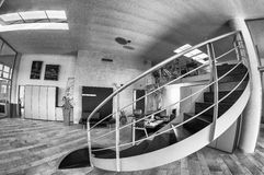 Геометрическая лестница внутри офисного здания Стоковое фото RF