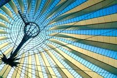 Геометрическая крыша перед голубым небом стоковое фото rf