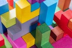 Геометрические формы на деревянной предпосылке, конце-вверх стоковое изображение rf