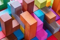 Геометрические формы на деревянной предпосылке, конце-вверх стоковое изображение