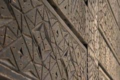 Геометрически высекаенные деревянные двери - снятые через поверхность двери с коротким DOF Стоковая Фотография
