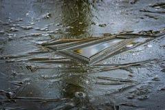 Геометрия естественного льда Абстрактная предпосылка от ледяной поверхности пруда темного стального цвета стоковые фотографии rf