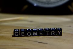 Геометрия написанная на деревянных блоках Образование и принципиальная схема дела стоковая фотография rf