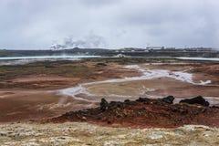 Геотермическое поле Gunnuhver, электрическая станция геотермальной энергии Reykjanes, Исландия стоковое изображение