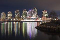 Геодезический купол мира науки против Nighttime Ванкувера, c Стоковое Изображение