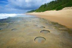 Геологохимические образования в береговой линии Мозамбика стоковые изображения