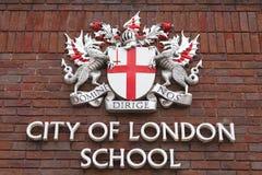 Герб города Лондона на фасаде города школы Лондона, Лондона, Великобритании Стоковые Изображения