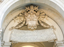 Герб и надпись на таблице на dell'Acqua Paola Риме Италии Fontanone Стоковое Изображение RF