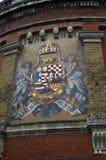 Герб на стене замка в городе Будапешта, Венгрии Стоковые Изображения