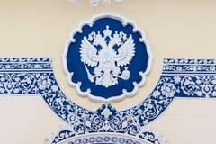 Герб России имперский орел, русский государственный герб в посольстве России Тегерана Иран Стоковое фото RF