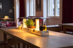 Германия Берлин, итальянский ресторан, ресторан шведского стола, мода дизайна интерьера элегантная и теплая, современная очень пр Стоковая Фотография RF