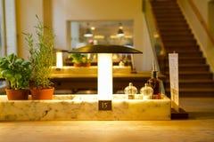 Германия Берлин, итальянский ресторан, ресторан шведского стола, мода дизайна интерьера элегантная и теплая, современная очень пр Стоковое фото RF