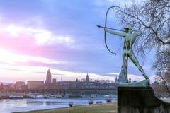Германия, Дрезден, 01 02 2014 Памятник воина лучника, но на фоне видимостей Dresdan стоковые фотографии rf