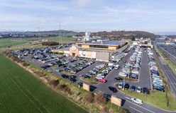 Германия Кобленц 03 04 Вид с воздуха 2018 рынка Globus покупок с огромным местом для стоянки во время грузя часа пик Стоковое фото RF